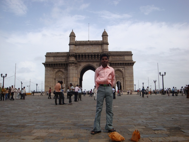 Jeune homme devant le Gateway of India