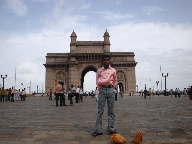 Jeune homme devant le Gateway of India